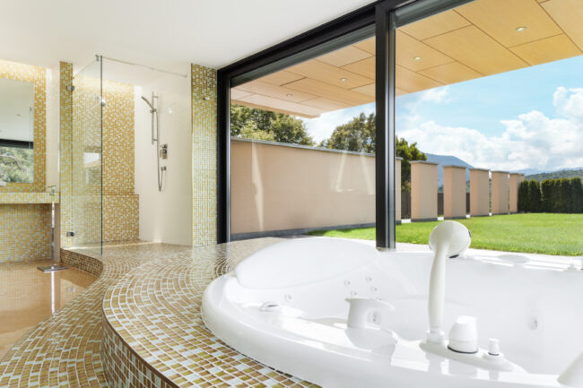 Badezimmer-mit-Gartenblick