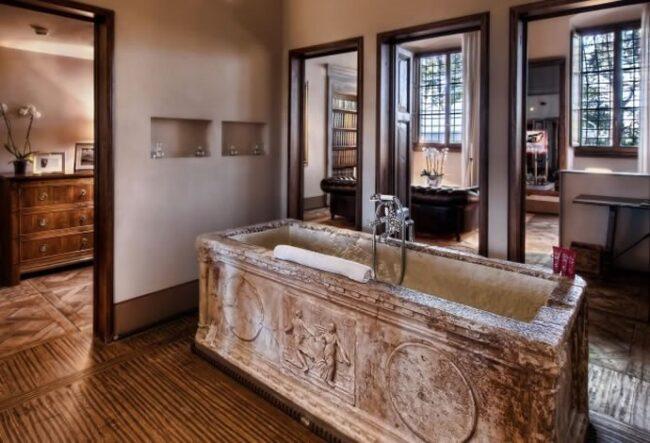 Antike Badewanne im Hotel Il Salviatino in Florenz