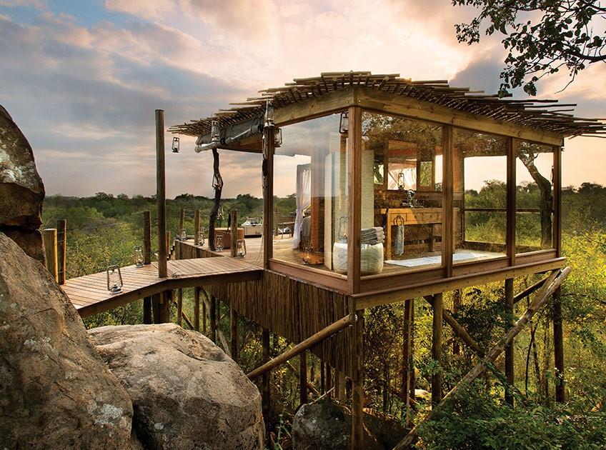 Baumhaus über der Savanne