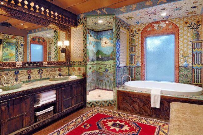 Badezimmer in arabisch-modernem Mosaikstil in Santa Fe