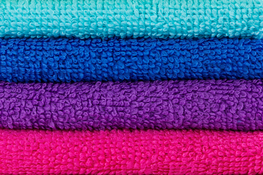 Nahaufnahme Handtuchstapel in türkis-blau-lila-pink
