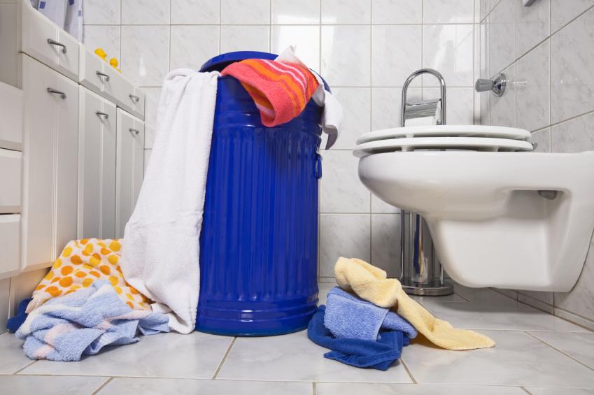 Übervolle, blaue Wäschetonne mitten im Bad
