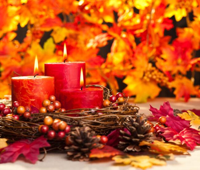 Kerzen mit Weidekranz