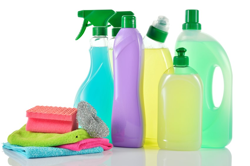 Verschiedene chemische Reinigungsmittel in ihren Flaschen.