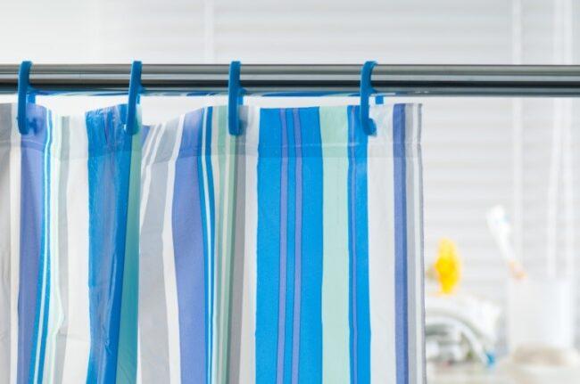 Blau-weiß-grün gestreifter Duschvorhang