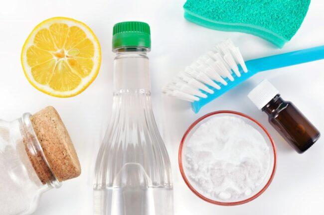 Verschiedene natürliche Reinigungsmittel.