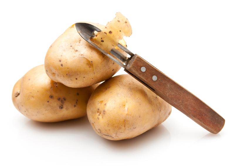 Kartoffeln mit Schälmesser