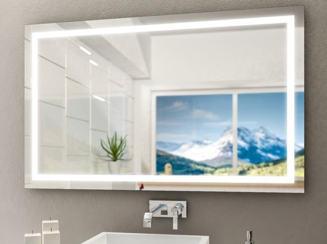 großzügiger, moderner Spiegel mit Beleuchtungsstreifen