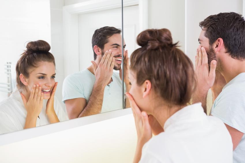 Der Spiegel hängt optimal, wenn sich alle Haushaltsmitglieder darin gut sehen können.