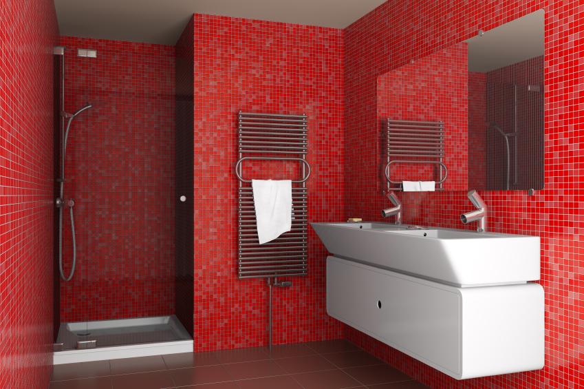 Modernes Badezimmer mit roten Wänden