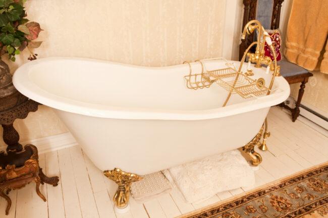 Badewanne mit goldenen Füßen