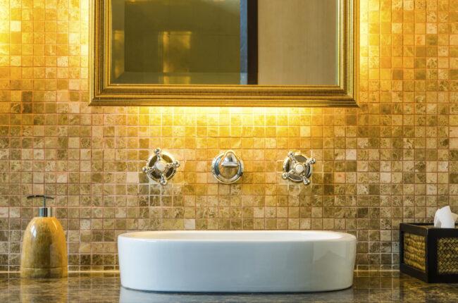 Der geflieste Wandteil, der Fliesenspiegel, muss nicht unbedingt angebohrt werden. Auch eine Klebemontage ist für Spiegel möglich.