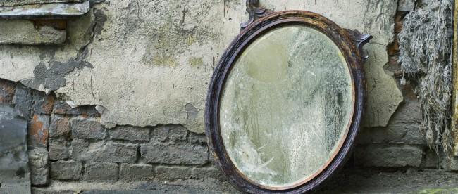 Vor allem alte Spiegel haben oft einiges mitgemacht, der Silberspiegel ist rissig.