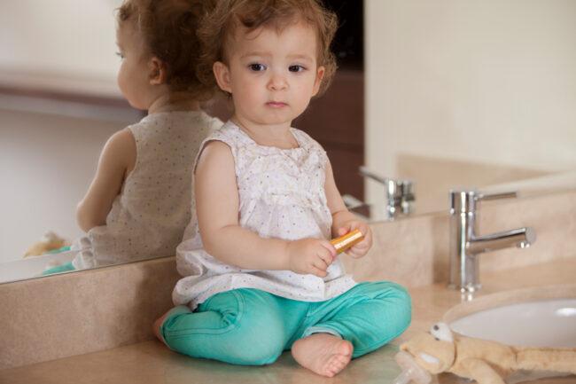 Auf dem Waschtisch sitzend fühlen sich Kleinkinder nicht ausgeschlossen vom Geschehen und Sie haben alles im Blick, während Sie sich fertig machen.