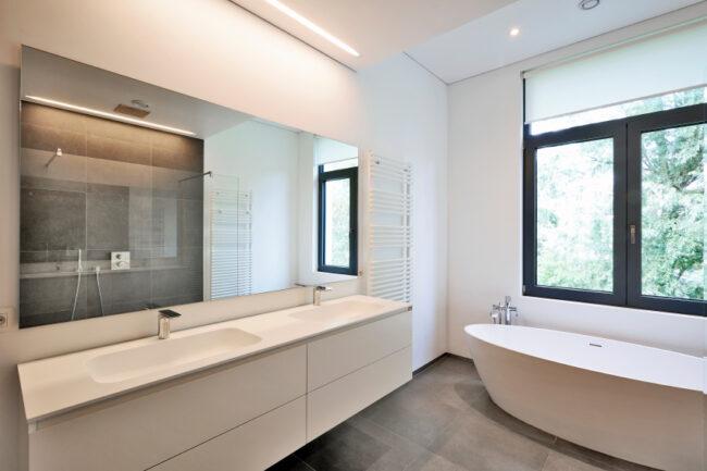 Mit einem Doppelwaschbecken lassen sich Warteschlangen vor der Badezimmertür vermeiden. Der Spiegel sollte dabei natürlich mindestens genauso breit wie der Waschtisch sein.