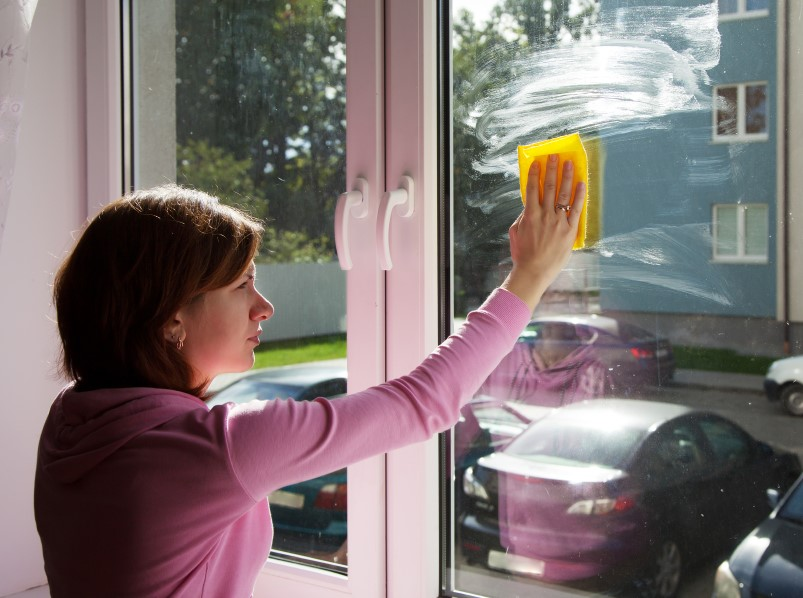 Fensterputz mit Glasreiniger