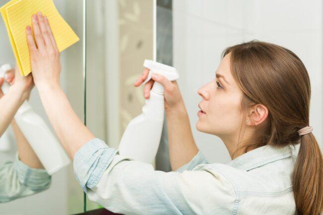 Badspiegel putzen