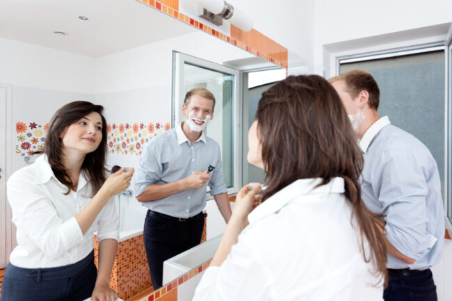 Rasieren und Schminken zugleich: Mit einem Doppelwaschbecken und einem ausreichend großen Spiegel gehört der Streit um den begehrten Platz am Badspiegel der Vergangenheit an.