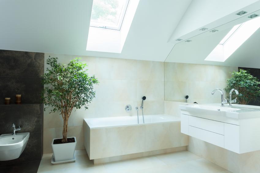 Gegenüber dem Eingang wird der Badebereich zu einem separaten Wellnessbereich.