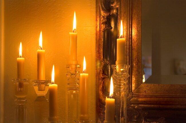 Kerzen unter Spiegel