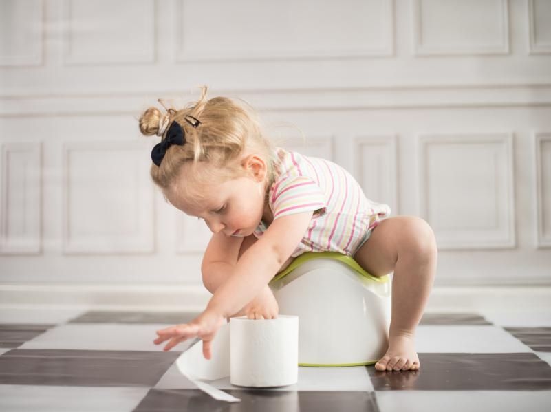 Damit Ihre Kleinen sich im Badezimmer keine Keime einfangen, sollte vor allem der untere Bereich sauber gehalten werden.