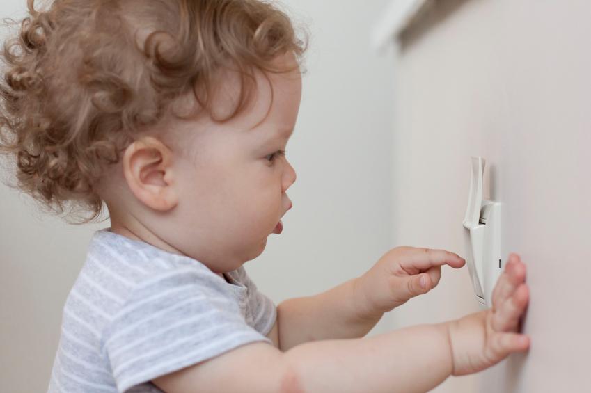 Kinderhände erforschen auch Dinge, die ihnen gefährlich werden können. Befinden sich die Steckdosen außer Reichweite, kann es so weit gar nicht erst kommen.
